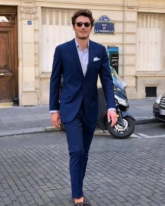 Cómo combinar: traje azul marino, camisa de vestir violeta claro, mocasín de cuero en marrón oscuro, pañuelo de bolsillo blanco