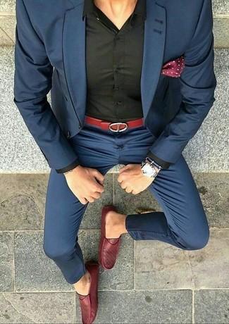 Cómo combinar: traje azul marino, camisa de vestir negra, mocasín de cuero rojo, pañuelo de bolsillo a lunares burdeos