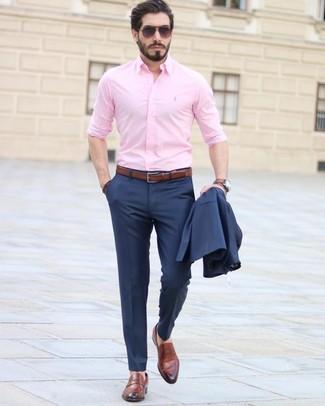 Cómo combinar: traje azul marino, camisa de vestir rosada, mocasín de cuero marrón, correa de cuero marrón