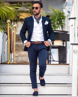 Cómo combinar: traje azul marino, camisa de vestir blanca, mocasín de ante azul marino, pañuelo de bolsillo blanco