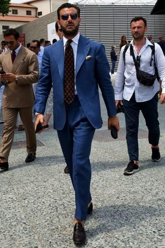 Cómo combinar: traje azul marino, camisa de vestir blanca, mocasín de cuero tejido negro, corbata estampada burdeos