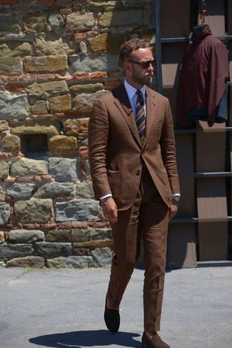 Cómo combinar: traje marrón, camisa de vestir blanca, mocasín de ante en marrón oscuro, corbata de rayas horizontales azul marino