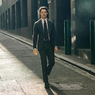 Cómo combinar: traje en gris oscuro, camisa de vestir blanca, mocasín de cuero negro, corbata de rayas horizontales azul marino