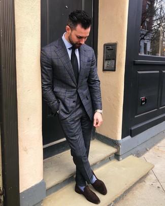 Cómo combinar unos calcetines celestes: Considera ponerse un traje a cuadros en gris oscuro y unos calcetines celestes para una apariencia fácil de vestir para todos los días. ¿Te sientes valiente? Opta por un par de mocasín de ante en marrón oscuro.