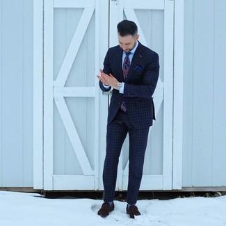 Cómo combinar unos calcetines celestes: Elige un traje a cuadros azul marino y unos calcetines celestes para un almuerzo en domingo con amigos. ¿Te sientes valiente? Completa tu atuendo con mocasín de ante en marrón oscuro.