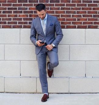 Cómo combinar: traje azul, camisa de vestir celeste, mocasín de cuero marrón, corbata de rayas verticales celeste