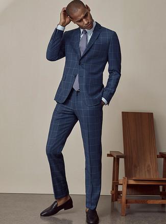 Cómo combinar una corbata estampada en azul marino y blanco: Luce lo mejor que puedas en un traje a cuadros azul marino y una corbata estampada en azul marino y blanco. Mocasín de cuero negro añadirán un nuevo toque a un estilo que de lo contrario es clásico.