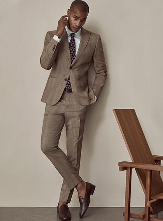 Cómo combinar una correa de cuero en marrón oscuro: Utiliza un traje de tartán marrón y una correa de cuero en marrón oscuro para una apariencia fácil de vestir para todos los días. ¿Te sientes valiente? Opta por un par de mocasín de cuero en marrón oscuro.