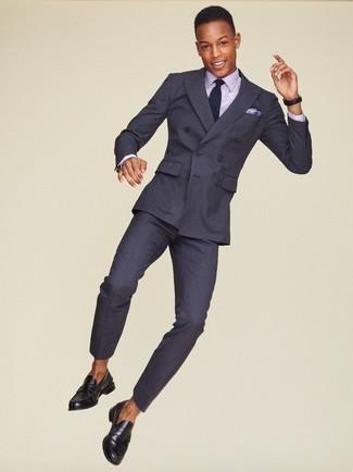 Cómo combinar una corbata de punto en azul marino y blanco: Haz de un traje de rayas verticales en gris oscuro y una corbata de punto en azul marino y blanco tu atuendo para un perfil clásico y refinado. Mocasín de cuero negro darán un toque desenfadado al conjunto.