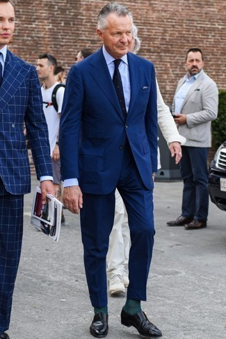 Outfits hombres estilo elegante: Considera emparejar un traje azul marino con una camisa de vestir celeste para una apariencia clásica y elegante. Si no quieres vestir totalmente formal, opta por un par de mocasín de cuero negro.
