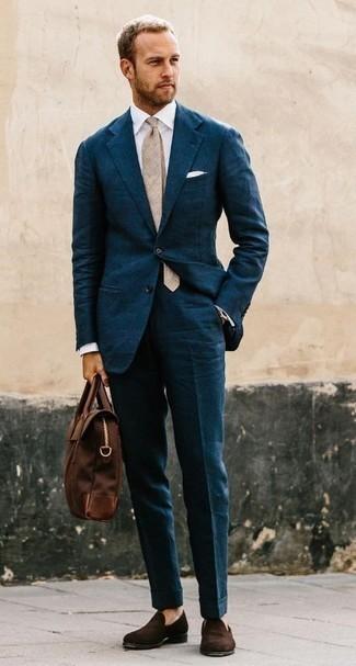 Cómo combinar un traje en verde azulado: Utiliza un traje en verde azulado y una camisa de vestir blanca para rebosar clase y sofisticación. Si no quieres vestir totalmente formal, usa un par de mocasín de terciopelo en marrón oscuro.