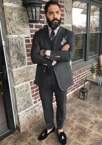 Cómo combinar un pañuelo de bolsillo gris: Haz de un traje de rayas verticales en gris oscuro y un pañuelo de bolsillo gris tu atuendo para conseguir una apariencia relajada pero elegante. Con el calzado, sé más clásico y opta por un par de mocasín de terciopelo negro.
