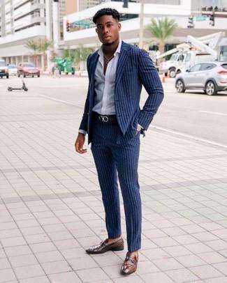 Cómo combinar un mocasín de cuero marrón: Intenta ponerse un traje de rayas verticales azul marino y una camisa de vestir blanca para rebosar clase y sofisticación. Mocasín de cuero marrón son una opción estupenda para completar este atuendo.