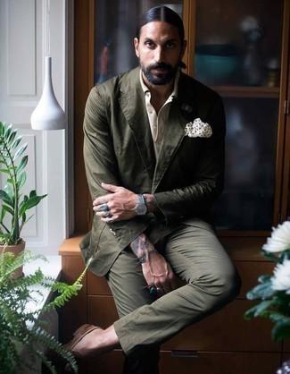 Cómo combinar una camisa de vestir: Utiliza una camisa de vestir y un traje verde oscuro para un perfil clásico y refinado. Si no quieres vestir totalmente formal, elige un par de mocasín de ante marrón.