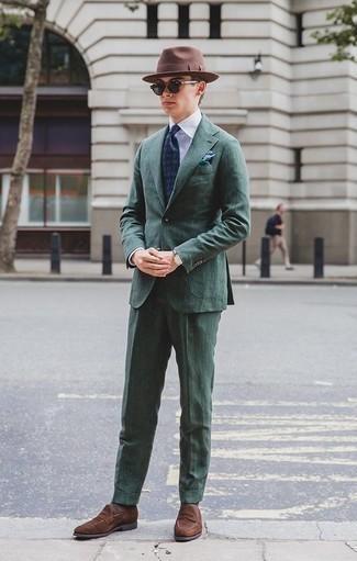 Cómo combinar un pañuelo de bolsillo verde oscuro: Usa un traje verde oscuro y un pañuelo de bolsillo verde oscuro para conseguir una apariencia relajada pero elegante. Dale un toque de elegancia a tu atuendo con un par de mocasín de ante marrón.