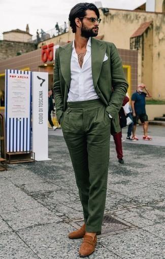 Cómo combinar un mocasín de ante en tabaco: Elige un traje verde oscuro y una camisa de vestir blanca para una apariencia clásica y elegante. Mocasín de ante en tabaco darán un toque desenfadado al conjunto.
