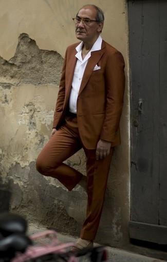 Cómo combinar un traje marrón: Ponte un traje marrón y una camisa de vestir blanca para rebosar clase y sofisticación. Si no quieres vestir totalmente formal, haz mocasín de ante en beige tu calzado.