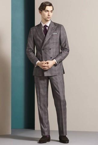 Cómo combinar unos calcetines morado: Para crear una apariencia para un almuerzo con amigos en el fin de semana elige un traje de tartán gris y unos calcetines morado. ¿Te sientes valiente? Opta por un par de mocasín de ante en marrón oscuro.