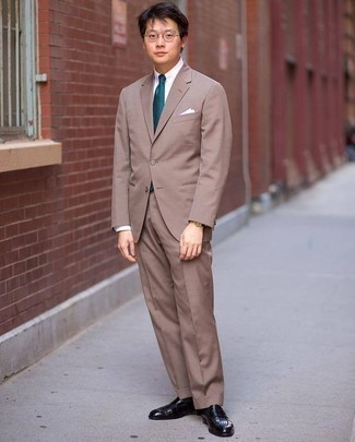 Cómo combinar un traje marrón: Empareja un traje marrón con una camisa de vestir blanca para una apariencia clásica y elegante. Si no quieres vestir totalmente formal, opta por un par de mocasín de cuero negro.