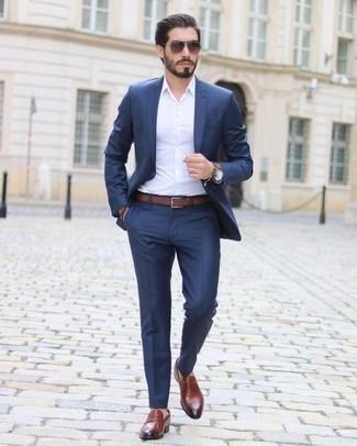 Cómo combinar una pulsera de cuero marrón: Para un atuendo que esté lleno de caracter y personalidad opta por un traje azul marino y una pulsera de cuero marrón. Elige un par de mocasín de cuero en tabaco para mostrar tu inteligencia sartorial.