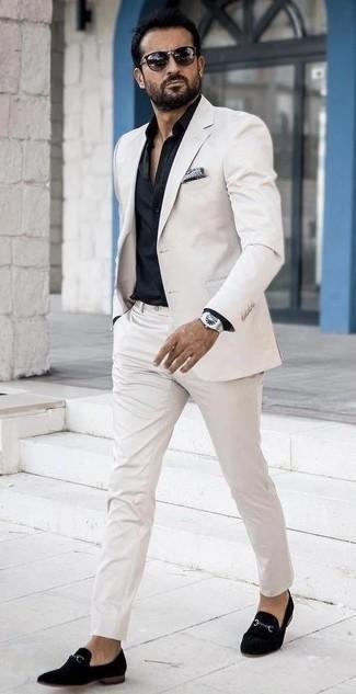 Cómo combinar una camisa de vestir negra: Elige una camisa de vestir negra y un traje blanco para una apariencia clásica y elegante. Si no quieres vestir totalmente formal, opta por un par de mocasín de terciopelo negro.