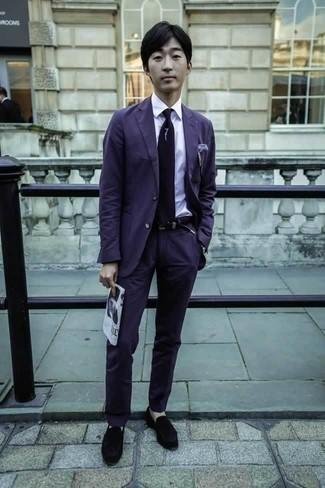 Cómo combinar un traje en violeta: Considera emparejar un traje en violeta con una camisa de vestir blanca para rebosar clase y sofisticación. ¿Te sientes valiente? Completa tu atuendo con mocasín de terciopelo negro.