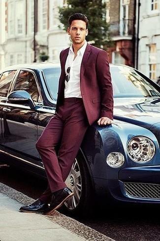 Cómo combinar unas gafas de sol negras: Este combo de un traje burdeos y unas gafas de sol negras te permitirá mantener un estilo cuando no estés trabajando limpio y simple. Mocasín de cuero morado oscuro son una forma sencilla de mejorar tu look.
