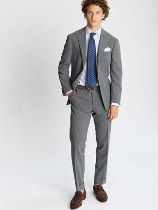 Cómo combinar un pañuelo de bolsillo blanco: Utiliza un traje gris y un pañuelo de bolsillo blanco para una apariencia fácil de vestir para todos los días. Con el calzado, sé más clásico y elige un par de mocasín de ante en marrón oscuro.