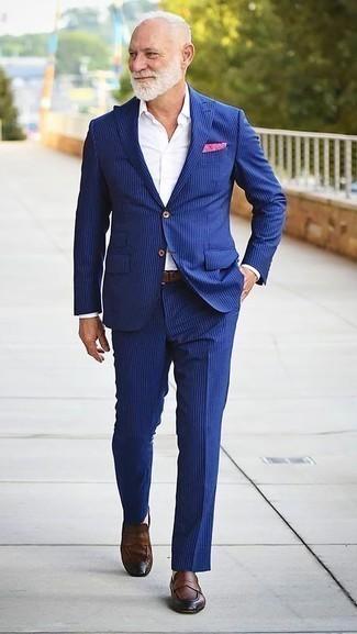Cómo combinar un traje de rayas verticales azul: Elige un traje de rayas verticales azul y una camisa de vestir blanca para un perfil clásico y refinado. Para el calzado ve por el camino informal con mocasín de cuero marrón.