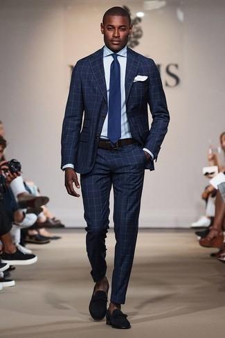 Cómo combinar una corbata azul marino: Considera emparejar un traje a cuadros azul marino junto a una corbata azul marino para un perfil clásico y refinado. Mocasín de ante azul marino darán un toque desenfadado al conjunto.