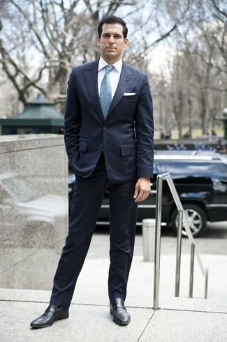 Cómo combinar un mocasín de cuero negro: Emparejar un traje azul marino junto a una camisa de vestir blanca es una opción perfecta para una apariencia clásica y refinada. ¿Quieres elegir un zapato informal? Elige un par de mocasín de cuero negro para el día.