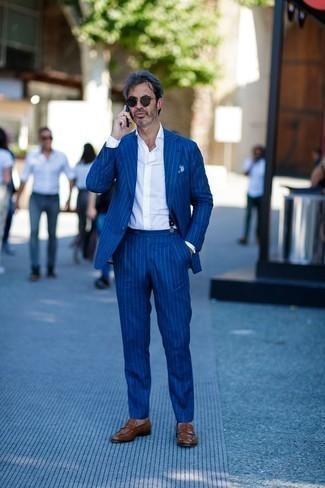 Cómo combinar un mocasín de cuero marrón: Utiliza un traje de rayas verticales azul y una camisa de vestir blanca para rebosar clase y sofisticación. Mocasín de cuero marrón añaden un toque de personalidad al look.