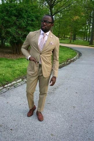 Cómo combinar un pañuelo de bolsillo en beige: Ponte un traje marrón claro y un pañuelo de bolsillo en beige para conseguir una apariencia relajada pero elegante. Agrega mocasín de cuero marrón a tu apariencia para un mejor estilo al instante.