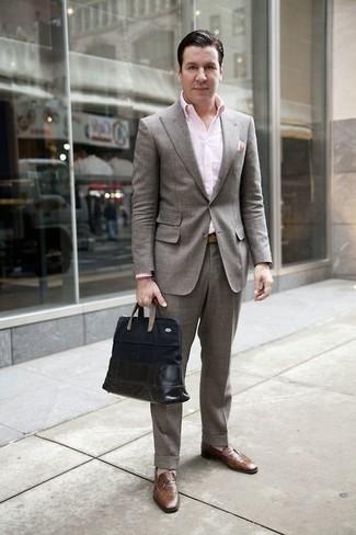 Cómo combinar una bolsa tote de cuero negra: Haz de un traje gris y una bolsa tote de cuero negra tu atuendo para un almuerzo en domingo con amigos. Elige un par de mocasín de cuero marrón para mostrar tu inteligencia sartorial.