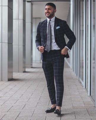 Cómo combinar una corbata de paisley azul marino: Ponte un traje a cuadros azul marino y una corbata de paisley azul marino para una apariencia clásica y elegante. ¿Quieres elegir un zapato informal? Opta por un par de mocasín de cuero negro para el día.