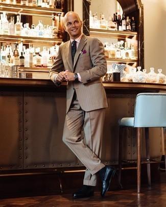Moda para hombres de 40 años: Emparejar un traje marrón claro con una camisa de vestir de rayas verticales naranja es una opción inigualable para una apariencia clásica y refinada. Mocasín de cuero negro son una opción práctica para completar este atuendo.