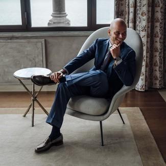 Moda para hombres de 40 años: Elige un traje azul marino y una camisa de vestir de rayas verticales en blanco y azul para una apariencia clásica y elegante. Mocasín de cuero en marrón oscuro son una opción buena para completar este atuendo.
