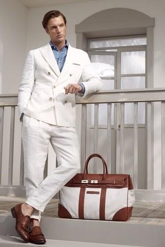 Cómo combinar una camisa de vestir de cambray celeste: Empareja una camisa de vestir de cambray celeste con un traje de lino blanco para rebosar clase y sofisticación. ¿Quieres elegir un zapato informal? Elige un par de mocasín de cuero сon flecos marrón para el día.