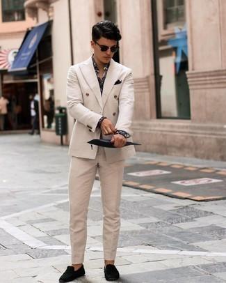 Cómo combinar un traje en beige: Intenta ponerse un traje en beige y una camisa de vestir estampada negra para rebosar clase y sofisticación. Si no quieres vestir totalmente formal, opta por un par de mocasín de ante negro.