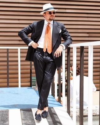 Cómo combinar un sombrero de paja blanco: Ponte un traje de rayas verticales negro y un sombrero de paja blanco para conseguir una apariencia relajada pero elegante. Mocasín de ante negro son una forma sencilla de mejorar tu look.