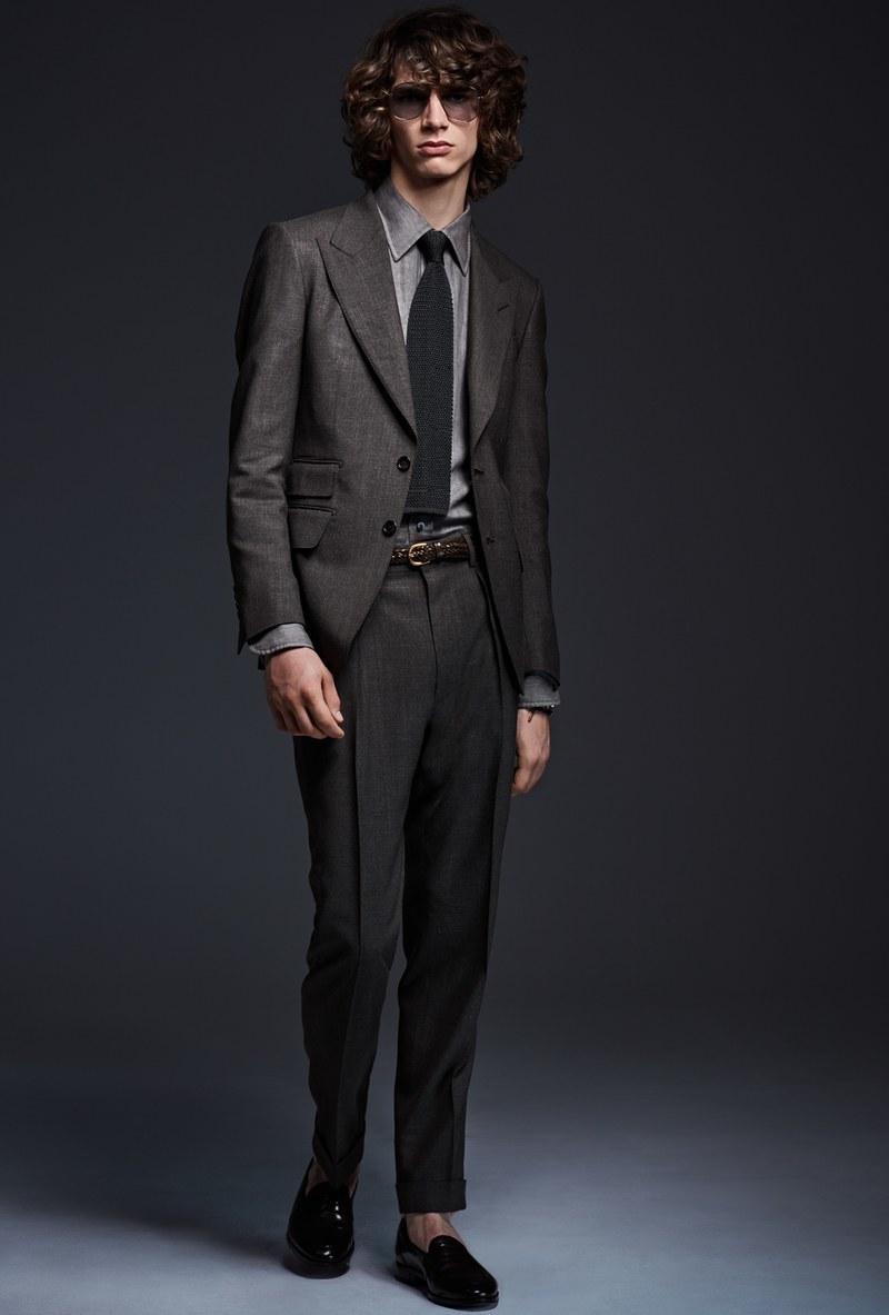 86078bdec2d49 Cómo combinar un mocasín negro con un traje en gris oscuro (23 looks de  moda)