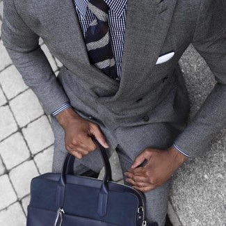 Cómo combinar: traje gris, camisa de vestir de cuadro vichy en blanco y azul marino, portafolio de cuero azul marino, corbata de rayas horizontales azul marino