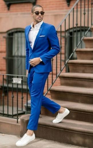 Cómo combinar: traje azul, camisa de vestir blanca, tenis de lona blancos, pañuelo de bolsillo blanco