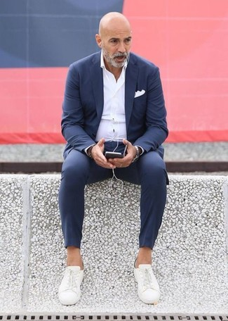 Cómo combinar unos tenis de lona blancos estilo elegante: Intenta ponerse un traje azul marino y una camisa de vestir blanca para una apariencia clásica y elegante. ¿Quieres elegir un zapato informal? Complementa tu atuendo con tenis de lona blancos para el día.