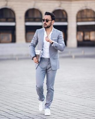 Cómo combinar: traje gris, camisa de vestir blanca, tenis de cuero blancos, pañuelo de bolsillo blanco
