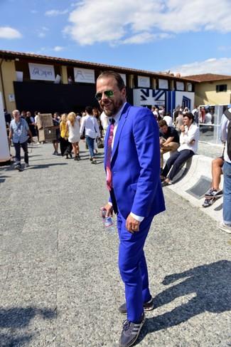 Cómo combinar: traje azul, camisa de vestir blanca, tenis azul marino, corbata estampada morado