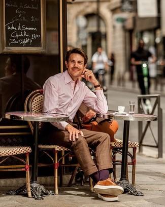 Cómo combinar: traje a cuadros marrón, camisa de vestir de rayas verticales rosada, tenis de ante en tabaco, bolsa de viaje de cuero en tabaco