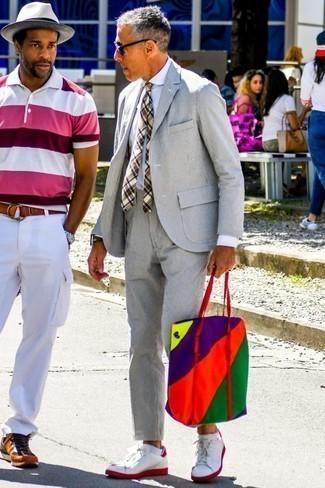 Cómo combinar una camisa de vestir: Luce lo mejor que puedas en una camisa de vestir y un traje de seersucker gris. ¿Quieres elegir un zapato informal? Haz tenis de cuero en blanco y rojo tu calzado para el día.