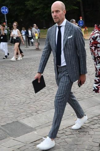 Cómo combinar una corbata de punto en azul marino y blanco: Emparejar un traje de rayas verticales gris junto a una corbata de punto en azul marino y blanco es una opción estupenda para una apariencia clásica y refinada. Si no quieres vestir totalmente formal, complementa tu atuendo con tenis blancos.