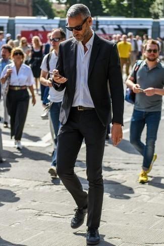 Cómo combinar un traje negro: Emparejar un traje negro junto a una camisa de vestir blanca es una opción buena para una apariencia clásica y refinada. Tenis de cuero negros añadirán interés a un estilo clásico.